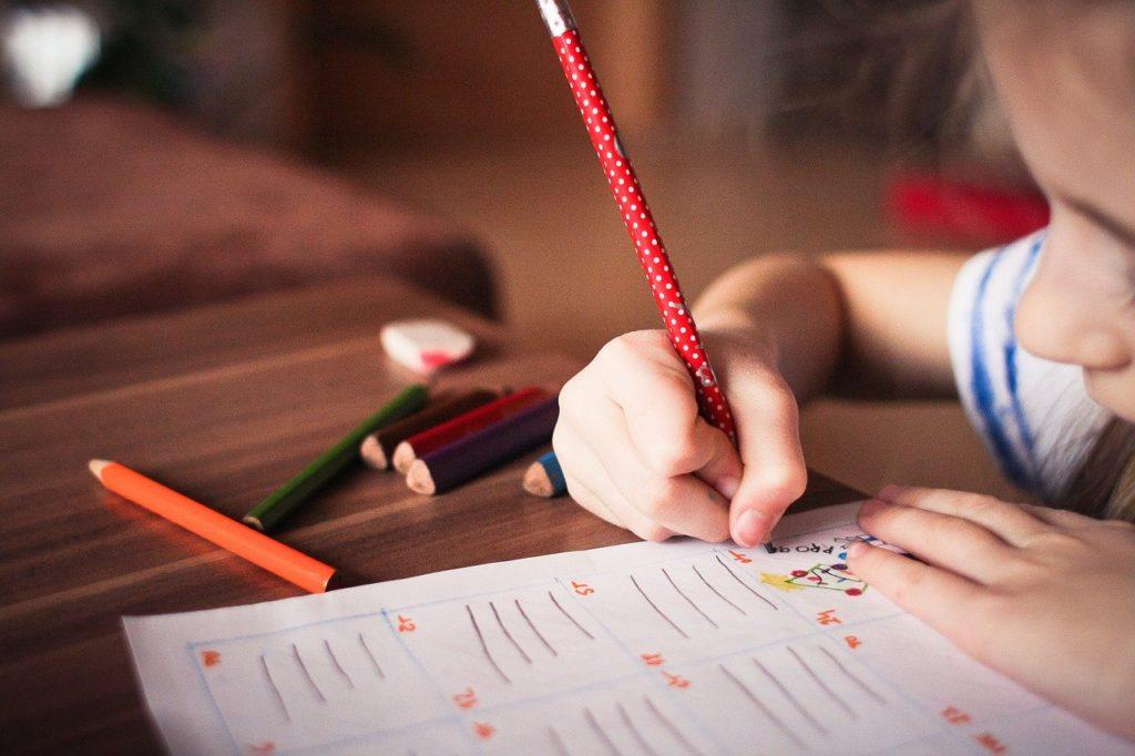 勉強する子ども_加須市_佐藤ホーム