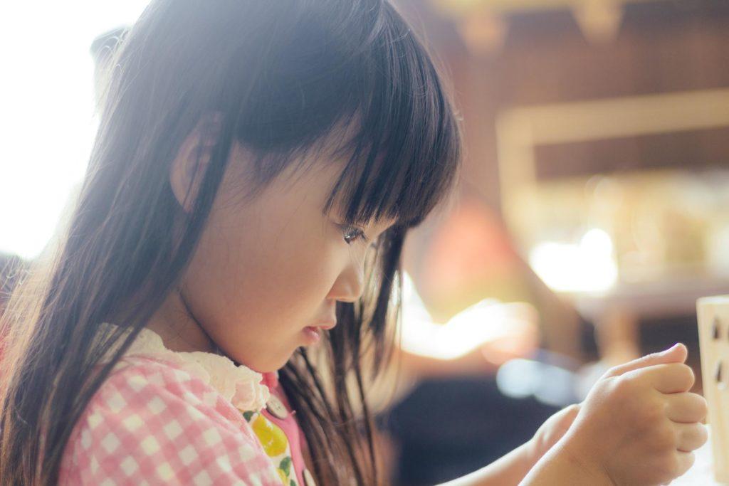 集中する女の子_佐藤ホーム